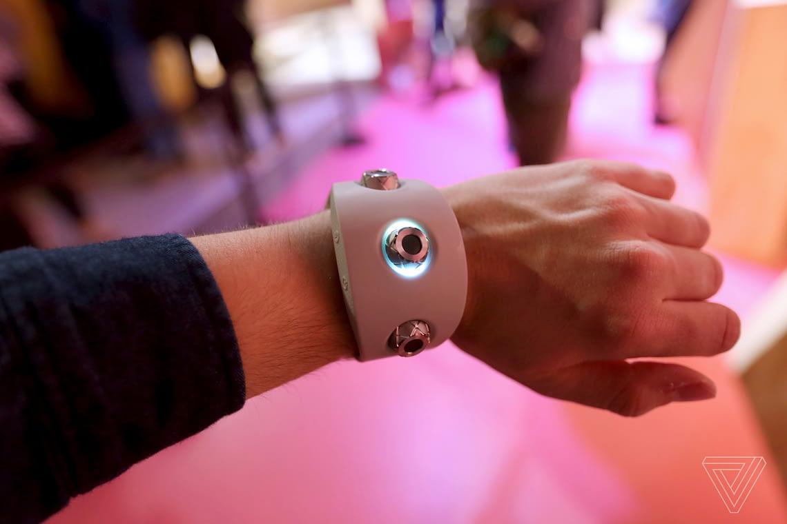"""Новый прототип """"умного браслета"""" от Sony превращает танцевальные движения в музыку"""