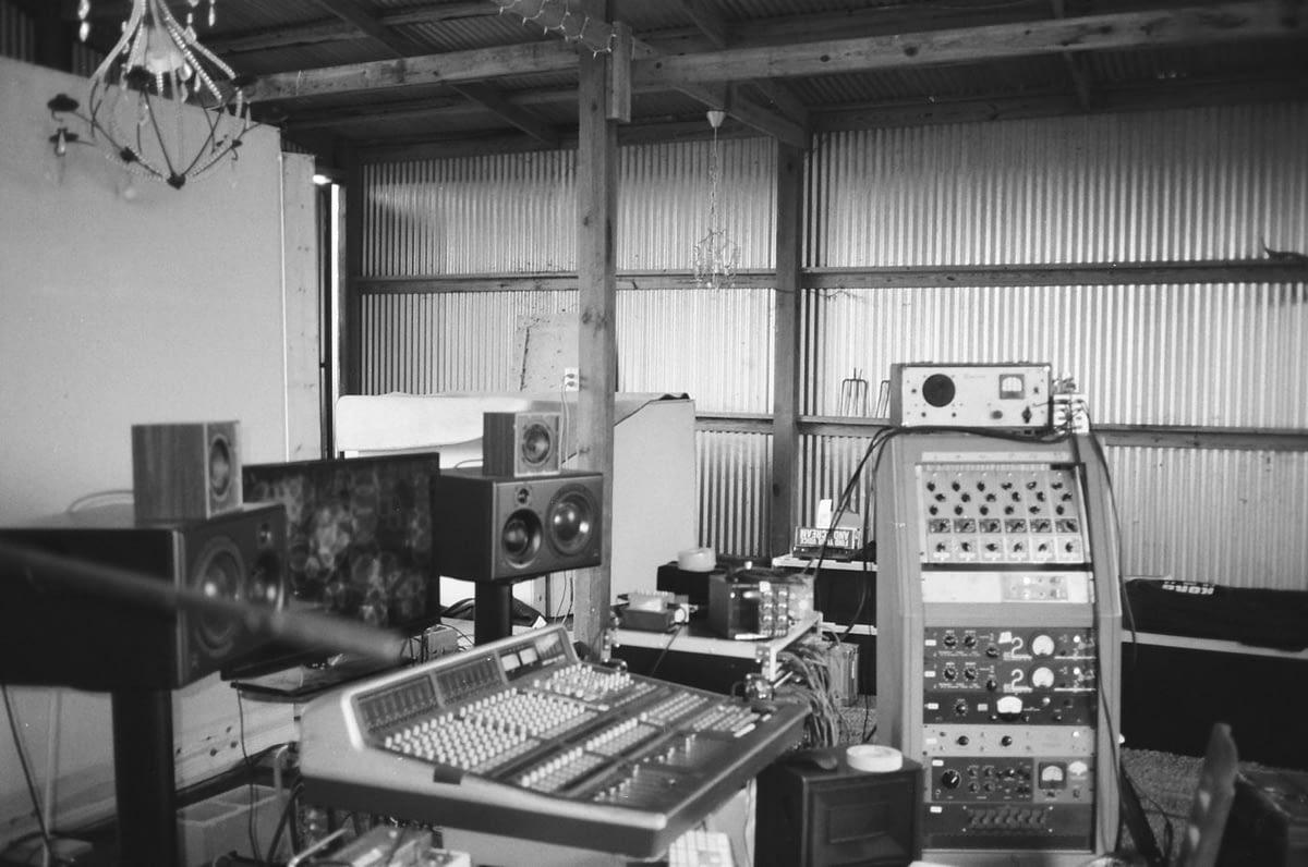 """Чистое поле и сараи заставленные дорогой аппаратурой: Как был записан альбом Khruangbin """"Mordechai"""""""