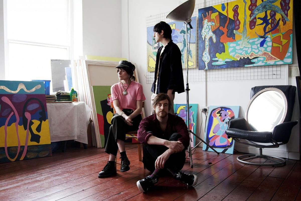 "Drahla создают саундтрек к пост-апокалиптической погоне в треке ""Form Of Luxury"""